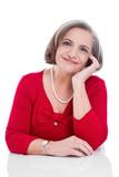 Ausgeglichene lachende ältere Frau in Rot