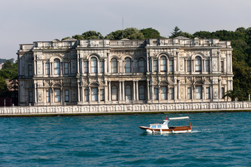 Istambul - Dolmabahce Palace as seen from the Bosphorus