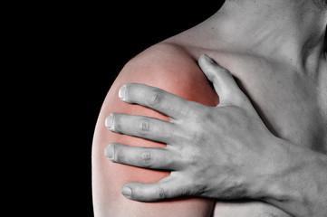 Mann mit Schmerzen in der Schulter