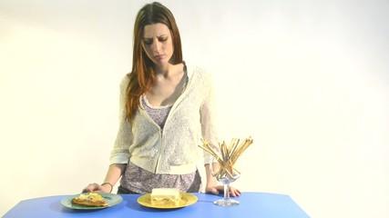 mujer joven intentando hacer regimen