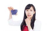 財布を振る女性