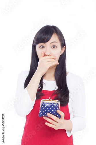 財布を見て驚く女性