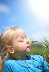 kleines Mädchen geniesst den Frühling