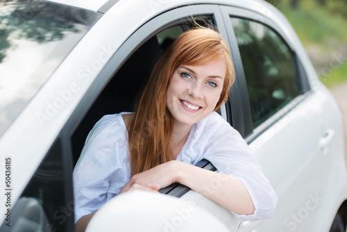 Leinwanddruck Bild lächelnde autofahrerin