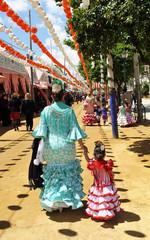 Madre e hija con trajes de gitana en la Feria