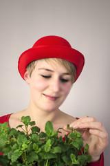 Kleine Gärtnerin mit Hut
