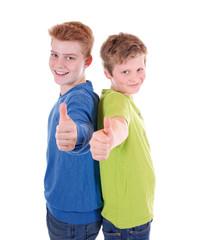 Zwei Jungen mit Daumen hoch
