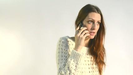 mujer joven hablando por telefono