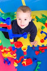 Kleinkind spielt mit Murmelbahn