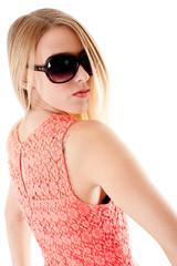 ragazza bionda con occhiali da sole
