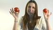 mujer joven con tomates