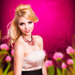 attraktive blonde Frau vor farbenfrohen Hintergrund