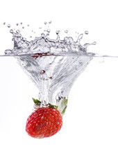 fragola splash in acqua