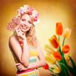 attraktive blonde Frau mit Geschenkbox