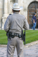 Polizist vor dem Fort Alamo in San Antonio Texas