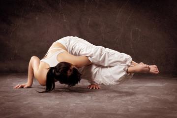 Frau in einer Yogapose