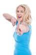 Begeisterte junge blonde Frau freut sich - isoliert