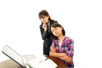 悩む女の子と女性教師