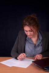 Młoda kobieta przeglądająca dokumenty