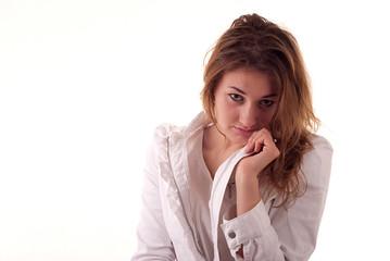 Młoda kobieta ubrana na biało na białym tle