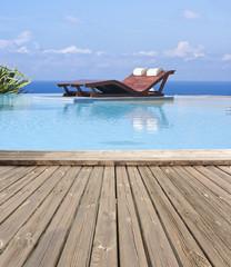 piscine à débordement, margelle bois exotique