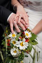 Brautpaar mit Ringen & Mageriten-Brautstrauß