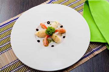 frische gebratene Garnelen mit Kartoffelpürree und grüner Krä