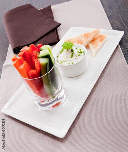 Frisches Gemüse im Glas mit Dipp aus frischkäse und toastbrot
