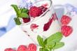 Sommer-Genuss: Joghurt mit Himbeeren und Minze
