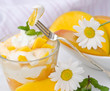 Sommerleichtes Dessert: Mangoquark, Mangos und Margeriten
