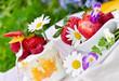 Sommerlicher Genuss: Früchtequark mit Beeren und Blüten