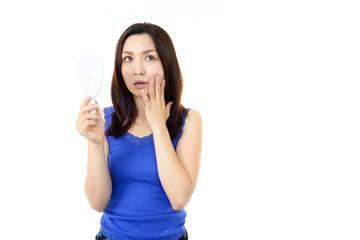 肌のトラブルに悩む女性