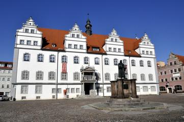 Rathaus Wittenberg mit Luther Denkmal