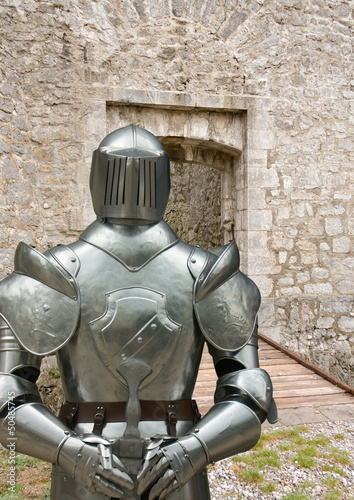 armure devant pont-levis de château-fort