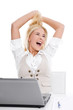 Glückliche junge blonde Frau im Büro