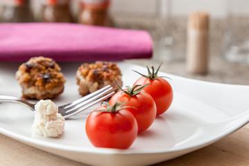 Tomaten mit Buletten als Zwischenmahlzeit