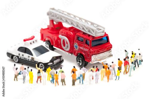 消防車とパトカーと人の群集