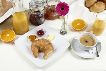 Frühstückstisch mit Croissant und Marmelade