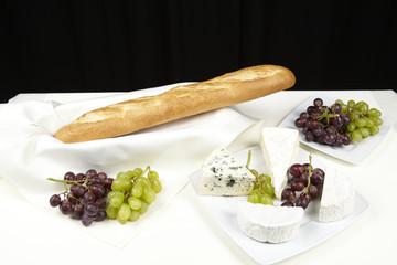 Käseplatte mit Baguette