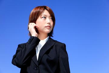 女性新入社員/希望と楽しみ/青空