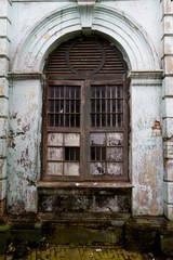 portone di un edificio in rovina