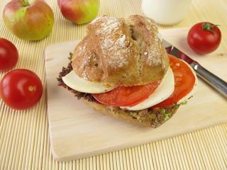 Roggenbrötchen mit Tomate und Mozzarella zum Mitnehmen
