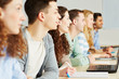 Schüler lernen im Klassenraum einer Schule