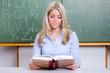 junge grundschullehrerin liest ein buch