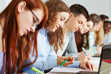 Schüler lernen im Unterricht in der Schule