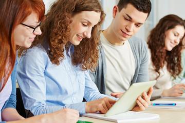 Schüler online mit Tablet Computer