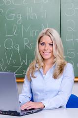 grundschullehrerin arbeitet am laptop