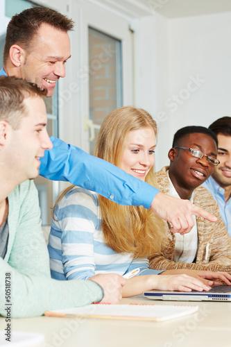 Lehrer mit Schülern im Unterricht