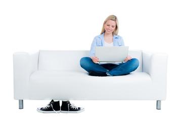 studentin informiert sich im internet