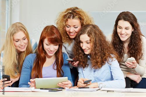 Frauen mit Tablet Computer und Smartphones